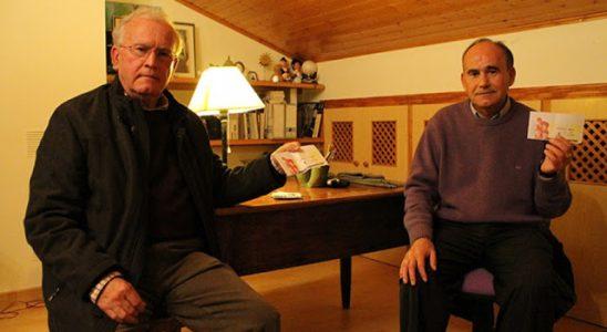 Los dos hermanos posan con sus recuerdos de The Beatles.
