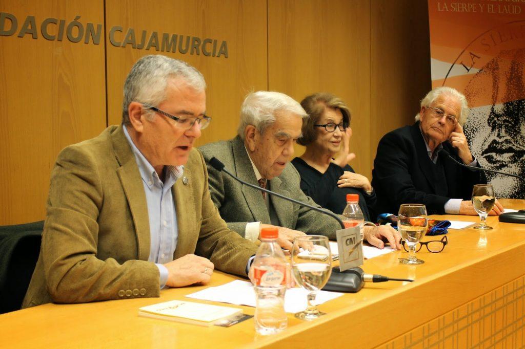 Jorge Cela presenta su libro.