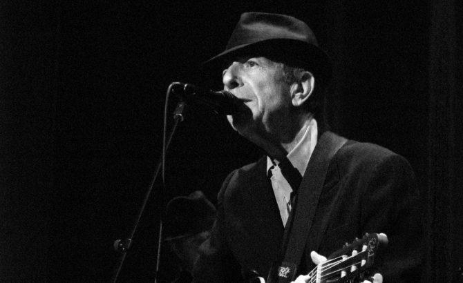 Leonard Cohen cantando.