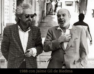 EL poeta pasea junto con Jaime Gil de Biedma