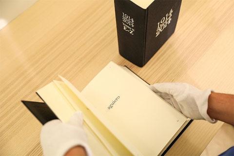 Dos libros de artista son elementos principales de la propuesta.
