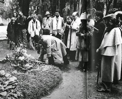 Los poetas dejan flores en su tumba.