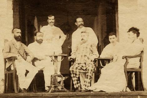 Rimbaud, el segundo por la derecha, en Adén, a los 26 años.