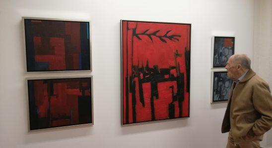 Un visitante contempla 'Lo incierto', de Martínez Mengual.